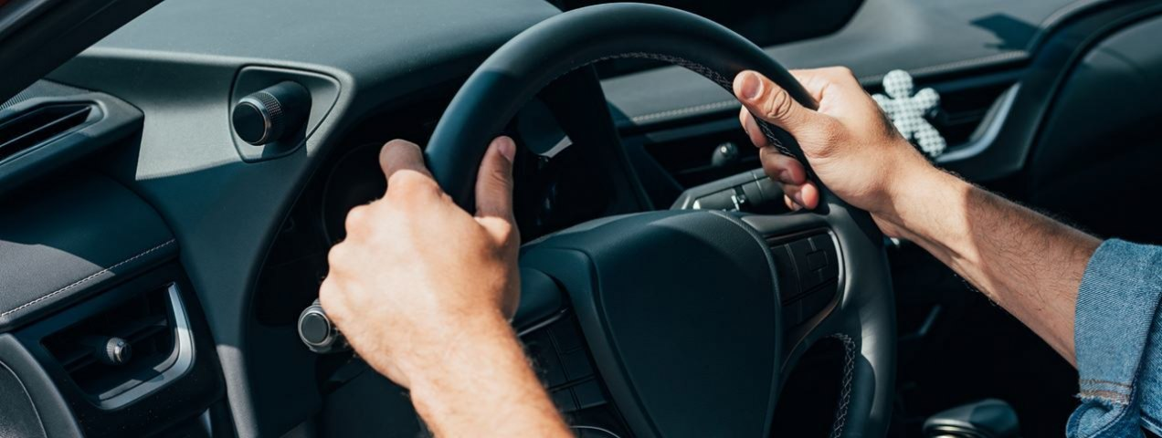 This Is the Right Way to Clasp the Steering Wheel for Safety